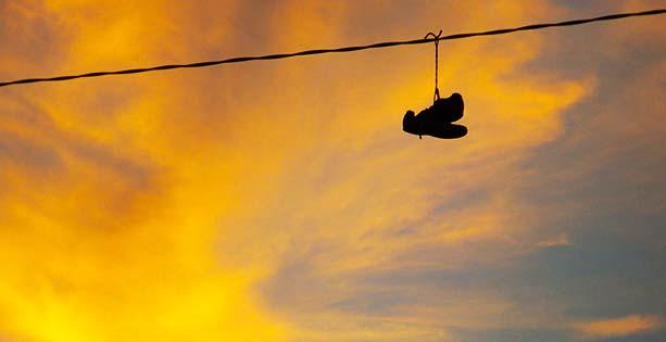 Zapatillas Colgadas en Cables, el Arte del Shoefiti | Top Cable